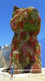 Cani giganti fatti di fiori
