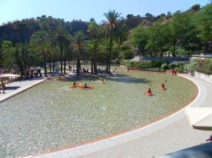 Esistono luoghi in cui la gente usa la canoa in piscina