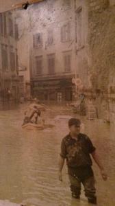 Particolare di una foto dell'alluvione del 1966 a Firenze, nel quartiere di San Niccolò in Oltrarno